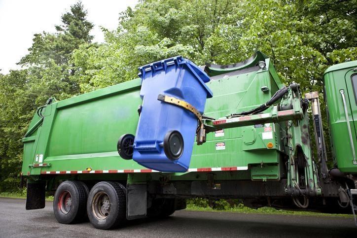 wyrzucenie śmieci zkosza nakontener
